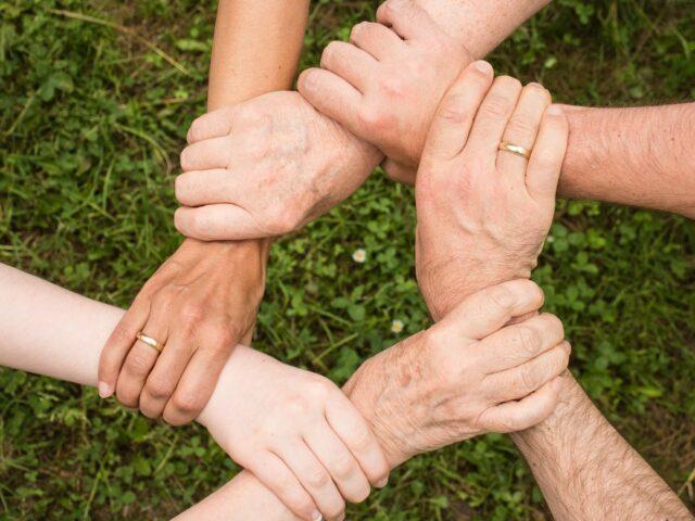 Bild mit Händen, die ineinander greifen